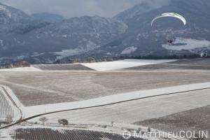 France, Alpes-de-Haute-Provence (04), Sainte Croix du Verdon,  parc naturel régional du Verdon, plateau de Valensole au bord du lac de Sainte-Croix sous la neige, parapente motorisé ou paramoteur au dessus des champs de lavande (vue aérienne)