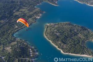 France, Var (83), parc naturel régional du Verdon, lac de Sainte Croix, les-Salles-sur Verdon, île de Coste Belle, parapente motorisé ou paramoteur (vue aérienne)