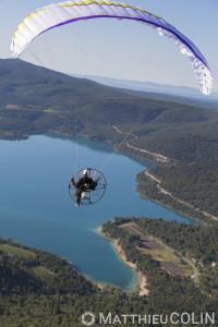 France, Alpes-de-Haute-Provence (04), parc naturel régional du Verdon, village de Sainte-Croix-du-Verdon, lac de Sainte-Croix, parapente motorisé ou paramoteur (vue aérienne)