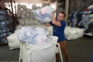France, Bouches-du-Rhône (13), Marseille, Le Relais, entreprise de collecte et de tri  , de valorisation et de recyclage (friperie, isolant) de textile et chaussures pour l'insertion de personnes en situation d'exclusion, par la création d'emplois durables. Membre d'Emmaüs France et de l'Inter Réseaux de la Fibre Solidaire IRFS