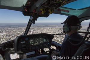 France, Paris (75), périphérique sud, piltoe d'helicoptère bi-turbines Ecureuil AS355 N d'Airbus Helicopters (vue aérienne)