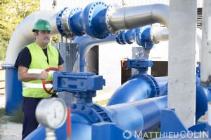 France, Gard (30), usine du site de captage d'eau de Comps dans la nappe phréatique du Rhône. Intervention d'un agent de la Saur. Entretien d'un moteur de pompe à eau