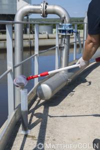 France, Gard (30),  Nîmes. Station d'épuration de Nîmes. Test de la qualité de l'eau par un agent du groupe Saur.