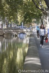 France, Gard (30), Nîmes, quai du canal et jardins de la Fontaine, pont