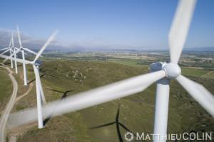 France, Aude (11), Névian, parc éolien de la Grande Garrigue de Névian, composé de 21 éoliennes, turbine gamesa eolica de 0,85MW pour une puissance totale de 17,55 MW, Compagnie du vent LCV, Engie Green, filiale d'Engie spécialisée dans les énergies renouvelables (vue aérienne)