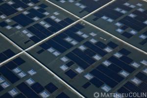 France, Bouches-du-Rhône (13), Camargue, Distriport,  zone du Grand Port Maritime de Marseille entre Fos-sur-Mer et Port-Saint-Louis-du-Rhône, toit photovoltaïque (vue aérienne)